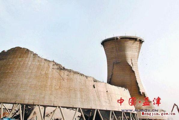 县城两座双曲线电力冷却塔被拆除